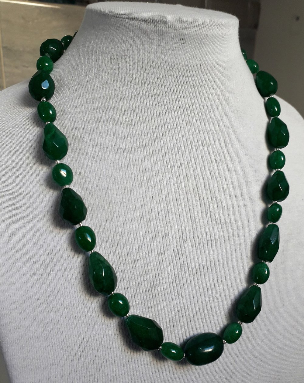 collier en pierre d'émeraude opaque naturelle