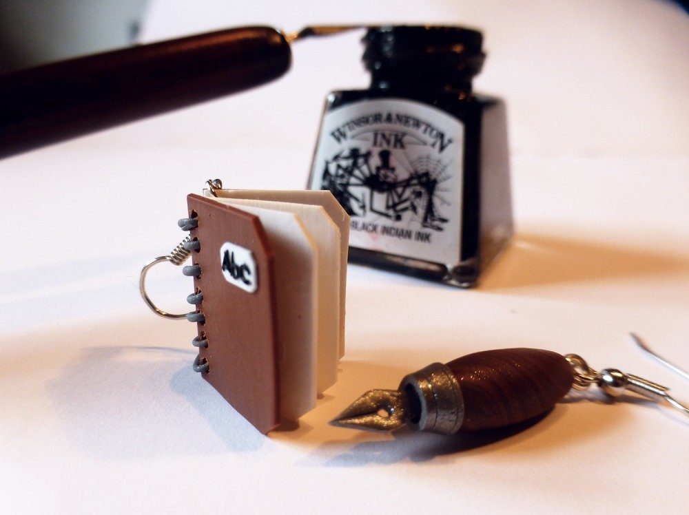 Cahier et porte-plume d'écrivain  - boucles d'oreilles pendantes