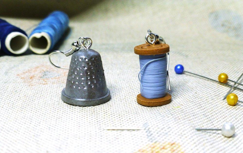 Dé à coudre et bobine de fil - couture et couturières - Boucles d'oreilles pendantes