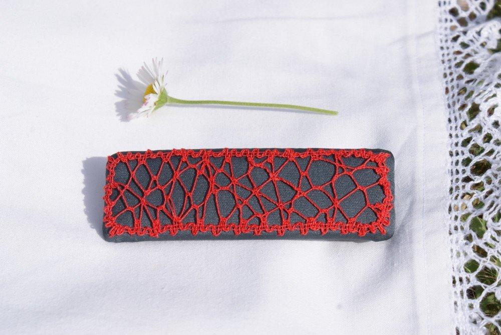 Une barrette en dentelle aux fuseaux