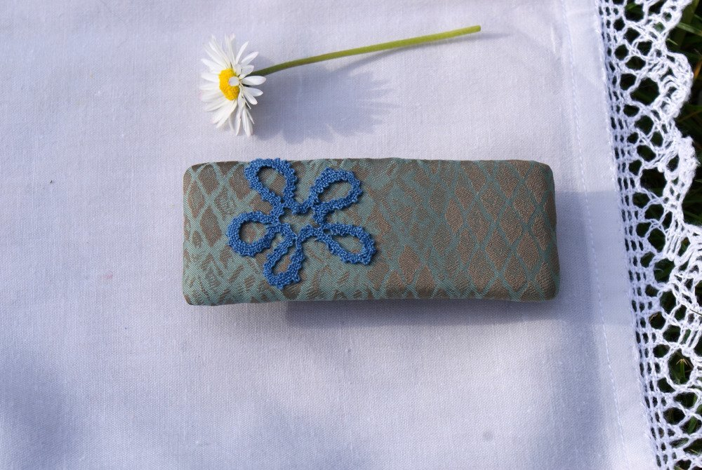 Une barrette avec motif en dentelle aux fuseaux