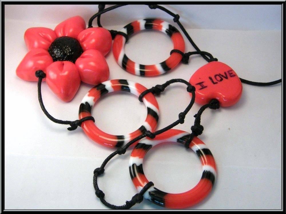 Sautoir fleur en Fimo et intercalaire acrylique rouge/noir/blanc.