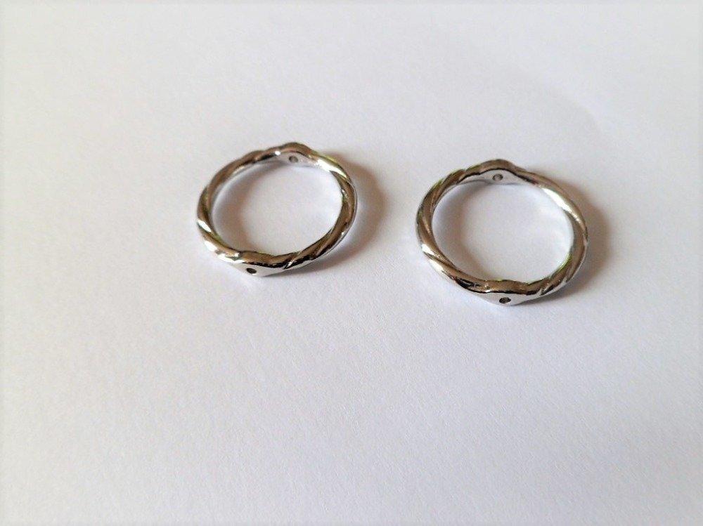 Anneaux ronds torsadés à trous de couleur argent platine