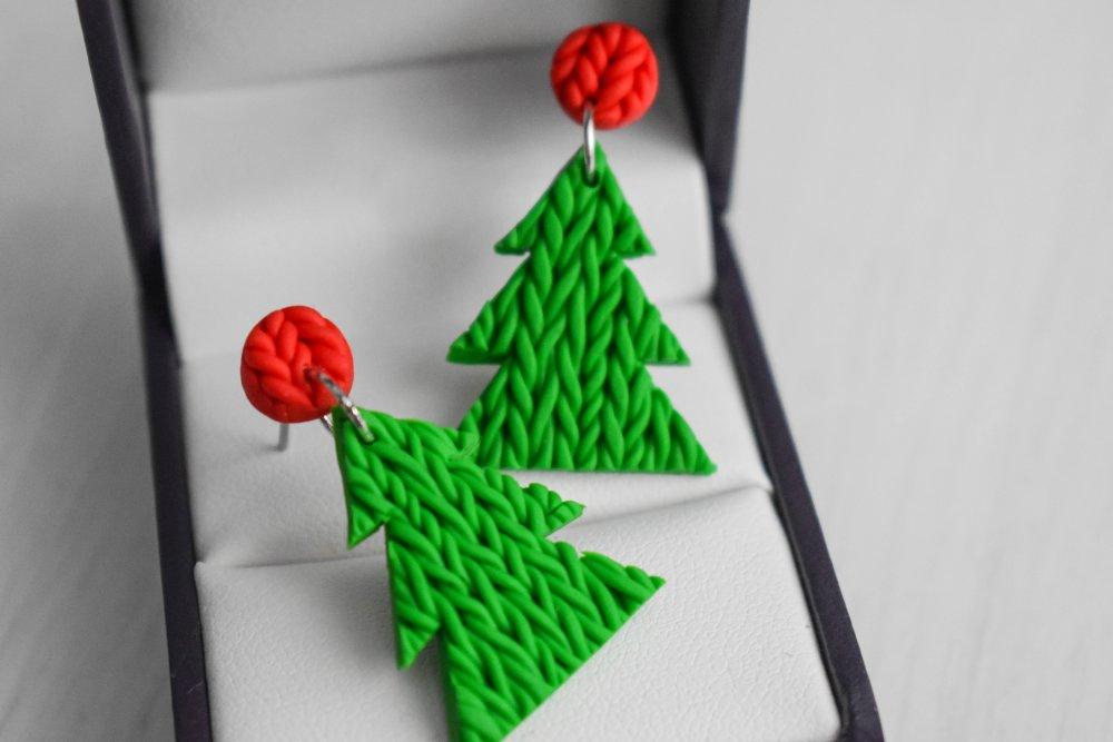 Boucles d'oreilles en polymère : Sapin noel ticoté vert et rouge