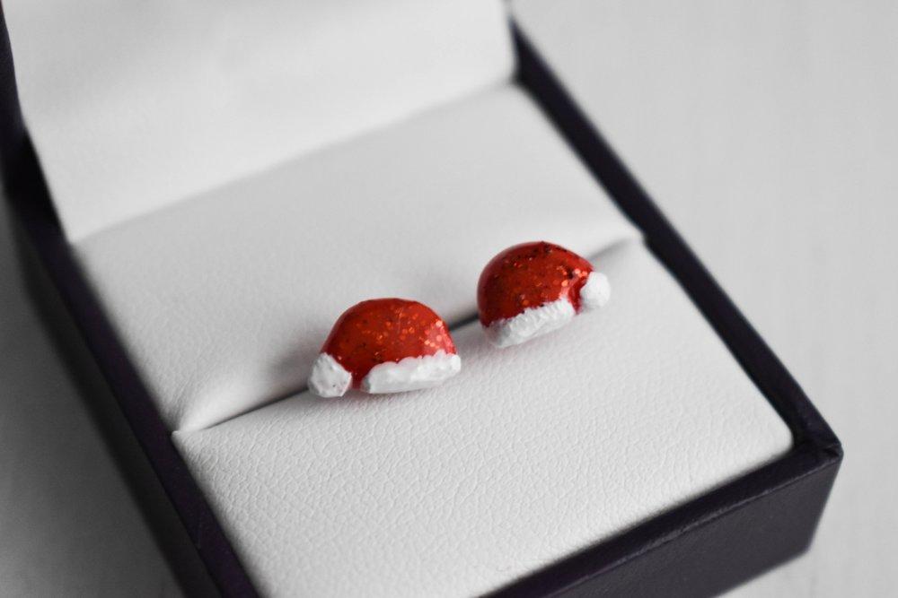 Boucles d'oreilles en polymère : Bonnets de noël rouge et blanc