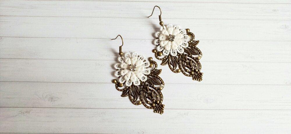 Boucles d'oreille estampes et fleurs brodées.