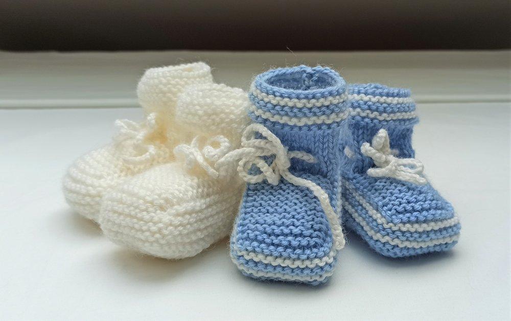 Ensemble Panière avec 12 lingettes et 2 paires de chaussons bébé taille naissance - 3 mois