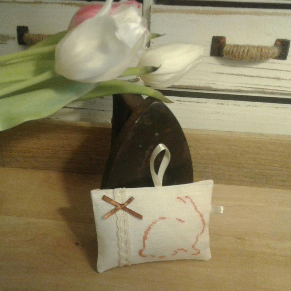 Coussin de porte  brodé sur  lin blanc Lapin Pâques