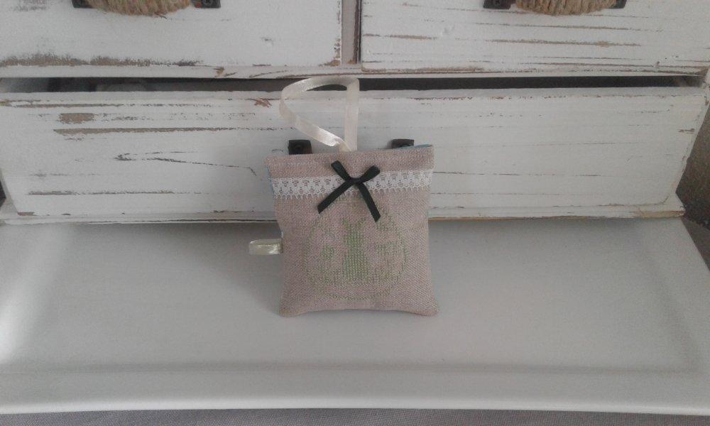 Coussin de porte  brodé sur lin  pour  Pâques