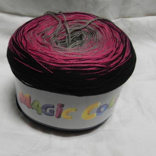 Pelote de fil très fin, dégradé du rose au gris et noir pour un châle