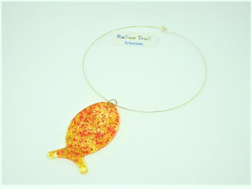 Bijoux poisson. Bijoux femme. Pendentif poisson en résine, perles oranges et jaunes. Thème aquatique. Cadeau original