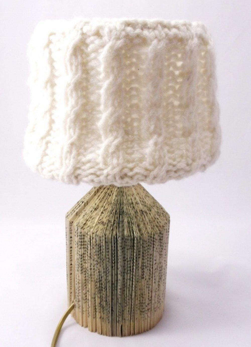 Lampe chevet livre recyclé abat-jour tricot torsades écru @Rêve de Lampes