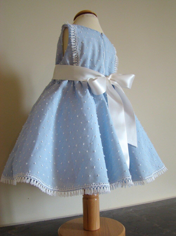 Robe bébé en voile de coton plumetis bleu ciel à pois blanc