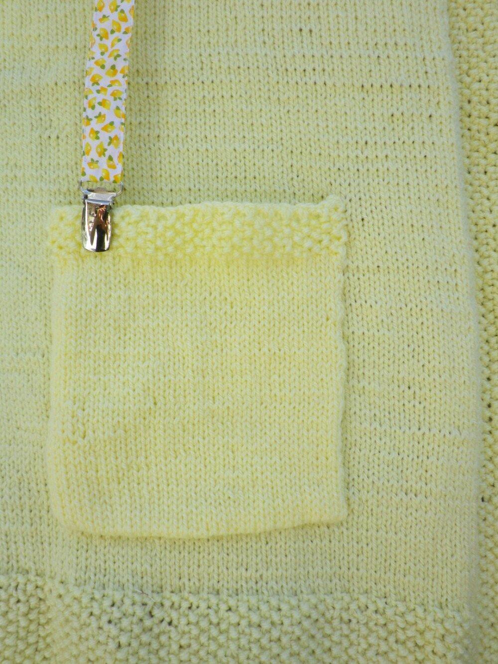 Petite couverture de voyage jaune pastel en tricot pour bébé avec citrons