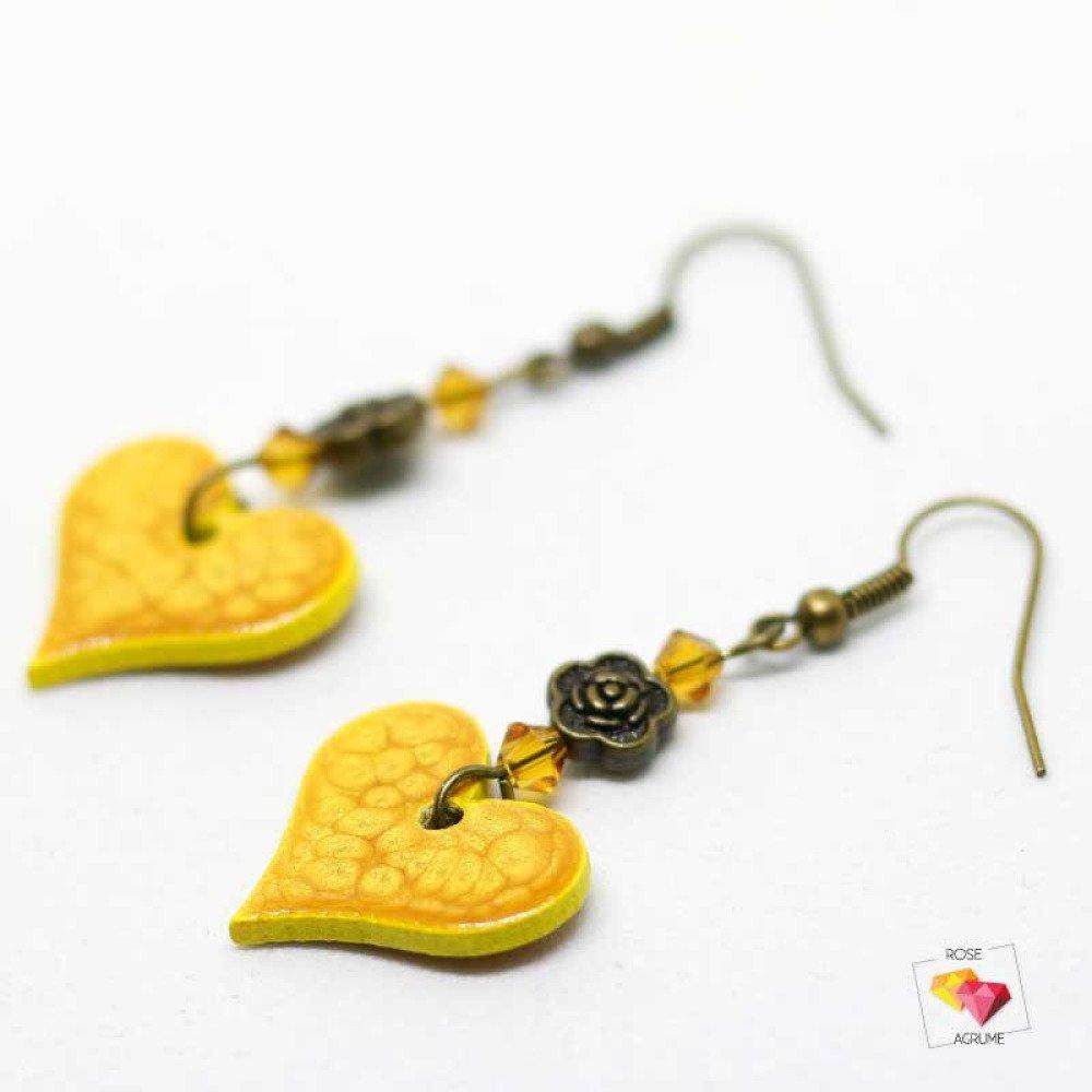 Boucles d'oreilles coeur en bois jaune moutarde