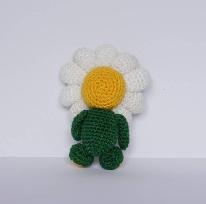 Peluche amigurumi bonhomme  fleur au crochet fin