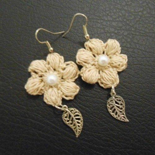 Boucles d'oreille fleur beige au crochet
