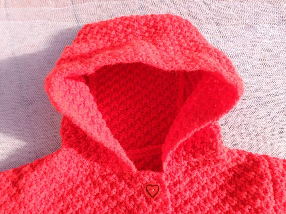 Manteau à capuche bébé,12 mois,laine acrylique coloris rouge,point fantaisie