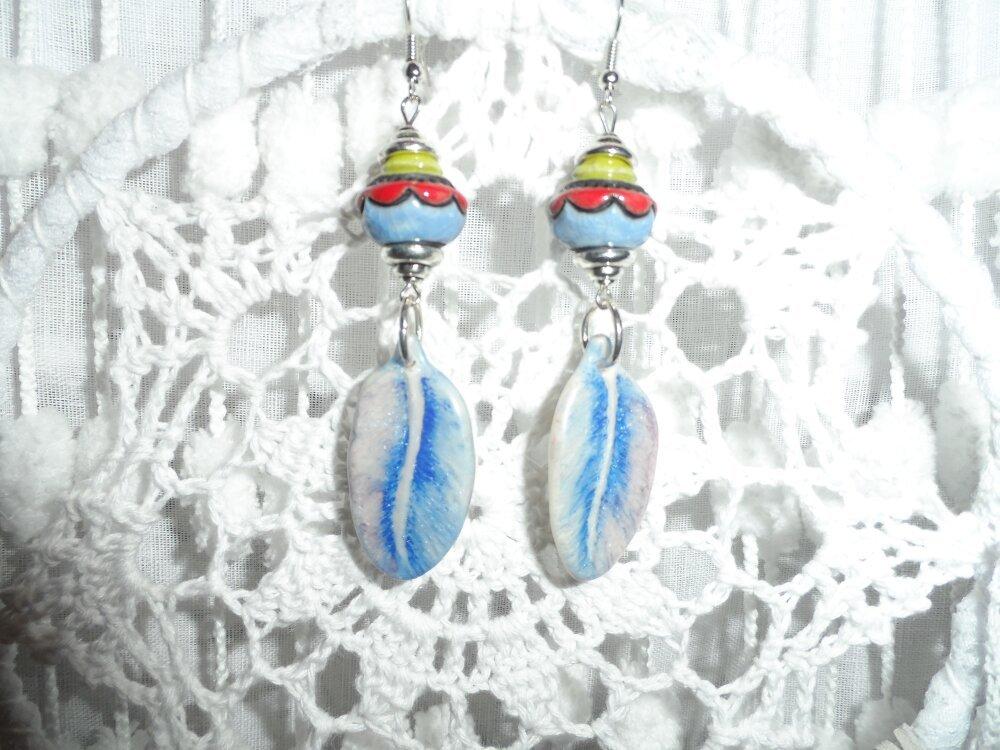 """Boucles d'oreilles """" Emmy """" Pendentifs Plumes bleues en Porcelaine froide artisanale et Perles en Céramique Raku"""