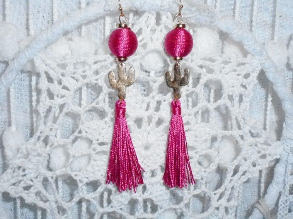 """Boucles d'oreilles dorées """" désert rose """" avec cactus dorés , perles en tissu rose / framboise et  Pompons framboise."""