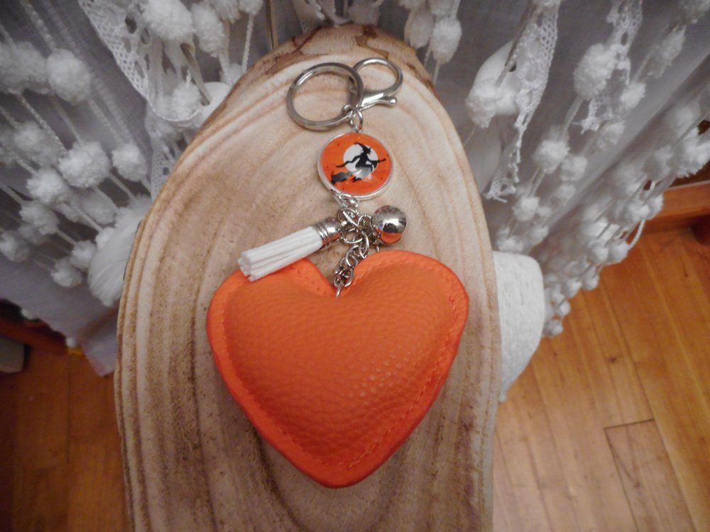 """Porte-clés / Bijou de sacs cabochon """"  Petite sorcière d'Halloween orange """" avec perle argentée, pompon suédine blanc et coeur orange"""
