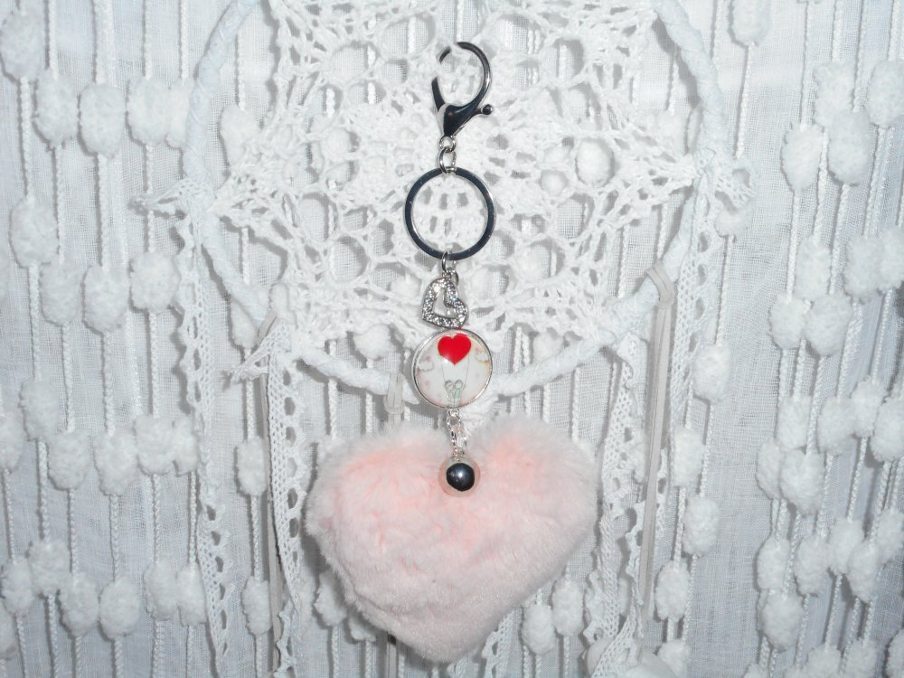 """Porte-clés / Bijou de sacs cabochon  """"  Les amoureux """" avec coeur argenté et strass et pompon coeur en fourrure rose"""
