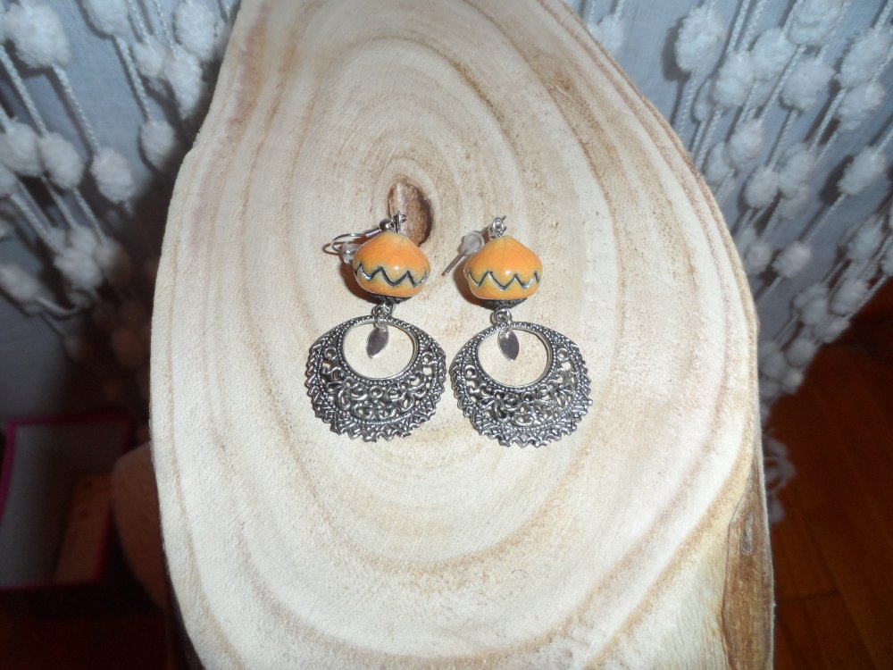 """Boucles d'oreilles """" Audrey """" Perles jaune orangé  en céramique raku artisanale , pendants et breloques  métal argenté"""