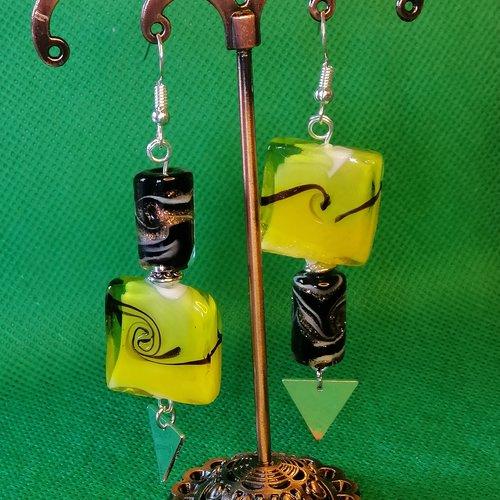 Boucles d'oreilles asymétriques en perles filées jaunes et noires