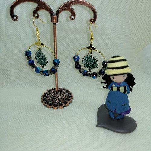 Créoles dorées avec perles et breloques bleues