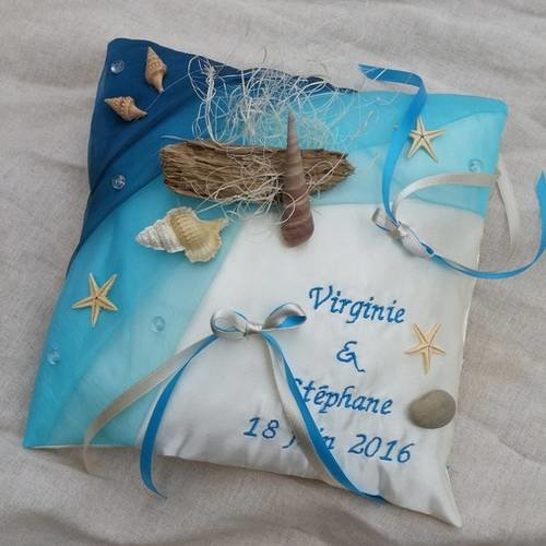 1216340-coussin-mariage-theme-mer-voyage-marin-avec-broderie-perso-1_medium.jpeg?1551595116