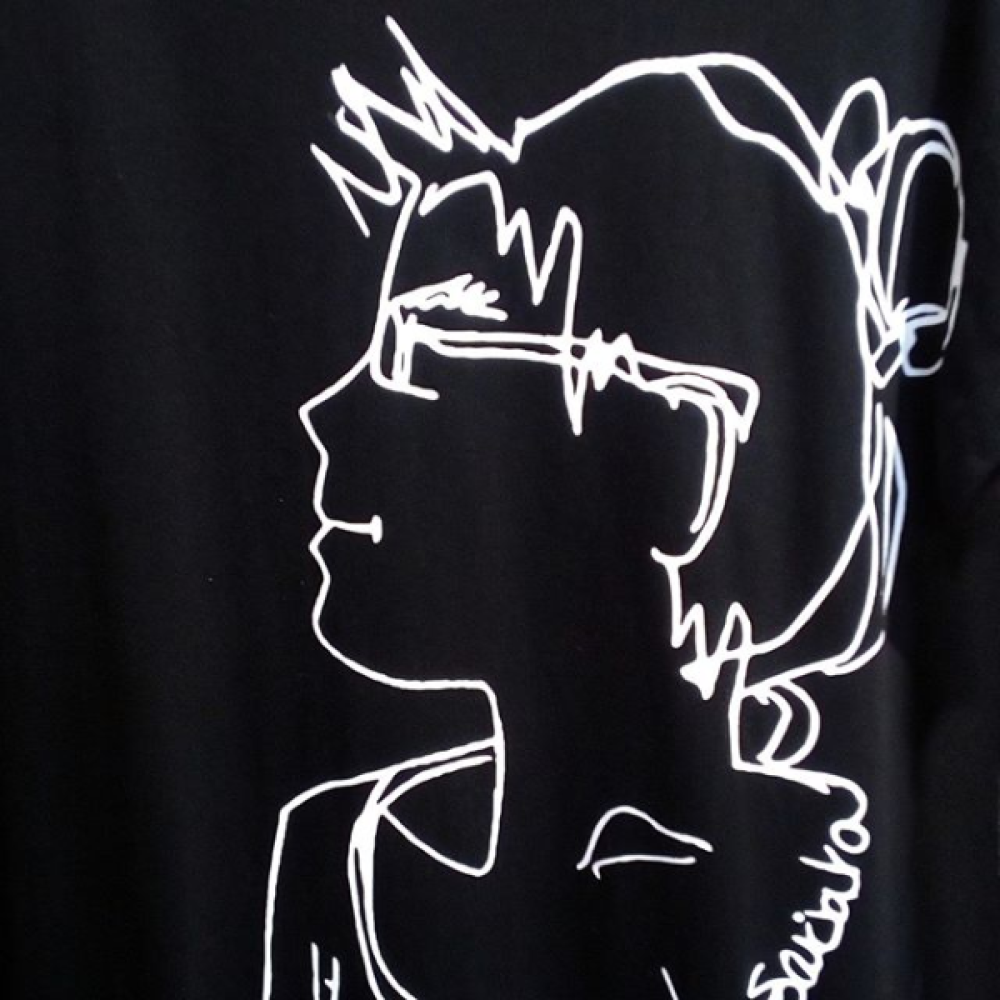 Robe T-shirt noire avec croquis femme blanc