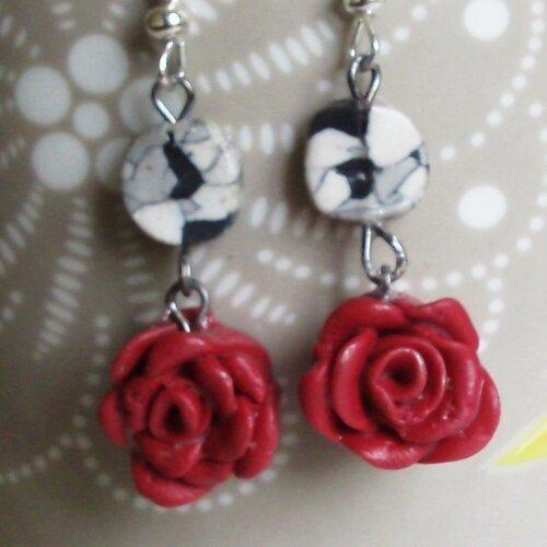 boucles d'oreilles pendantes avec des roses