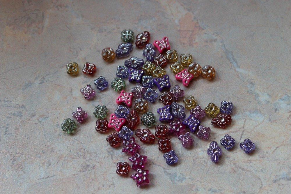 Assortiment de petites perles avec strass, acrylique, multicolores.