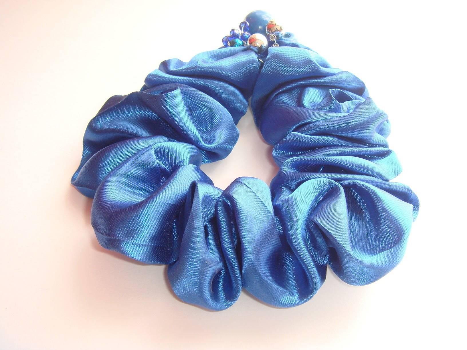 chouchou pour cheveux satin polyester perles en bois bleu