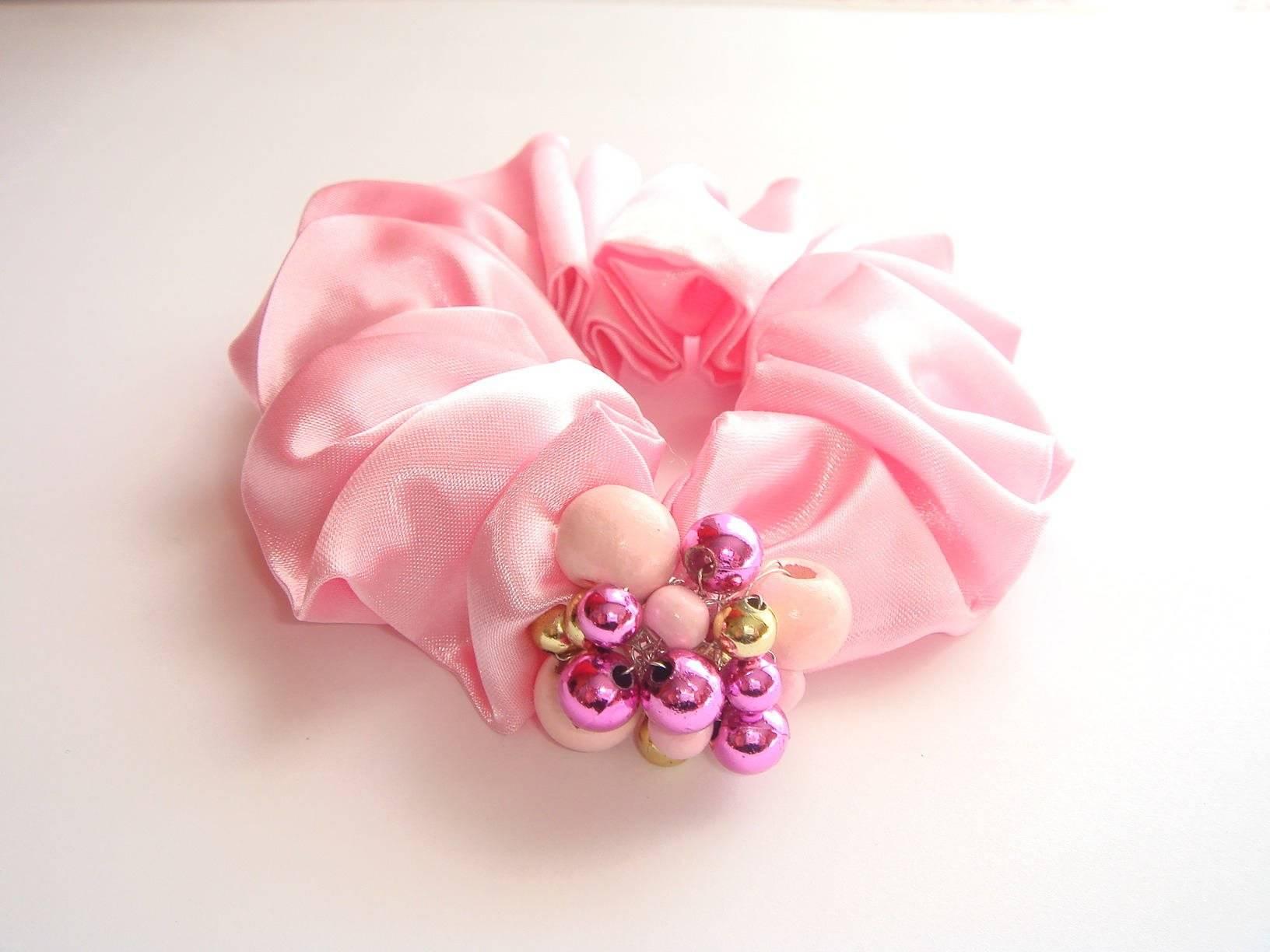 chouchou pour cheveux satin polyester perles en bois rose