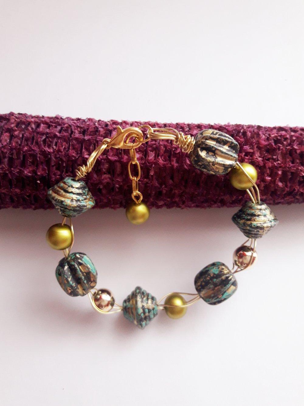 Bracelet fil métallique/perle de verre nacrée/doré olive
