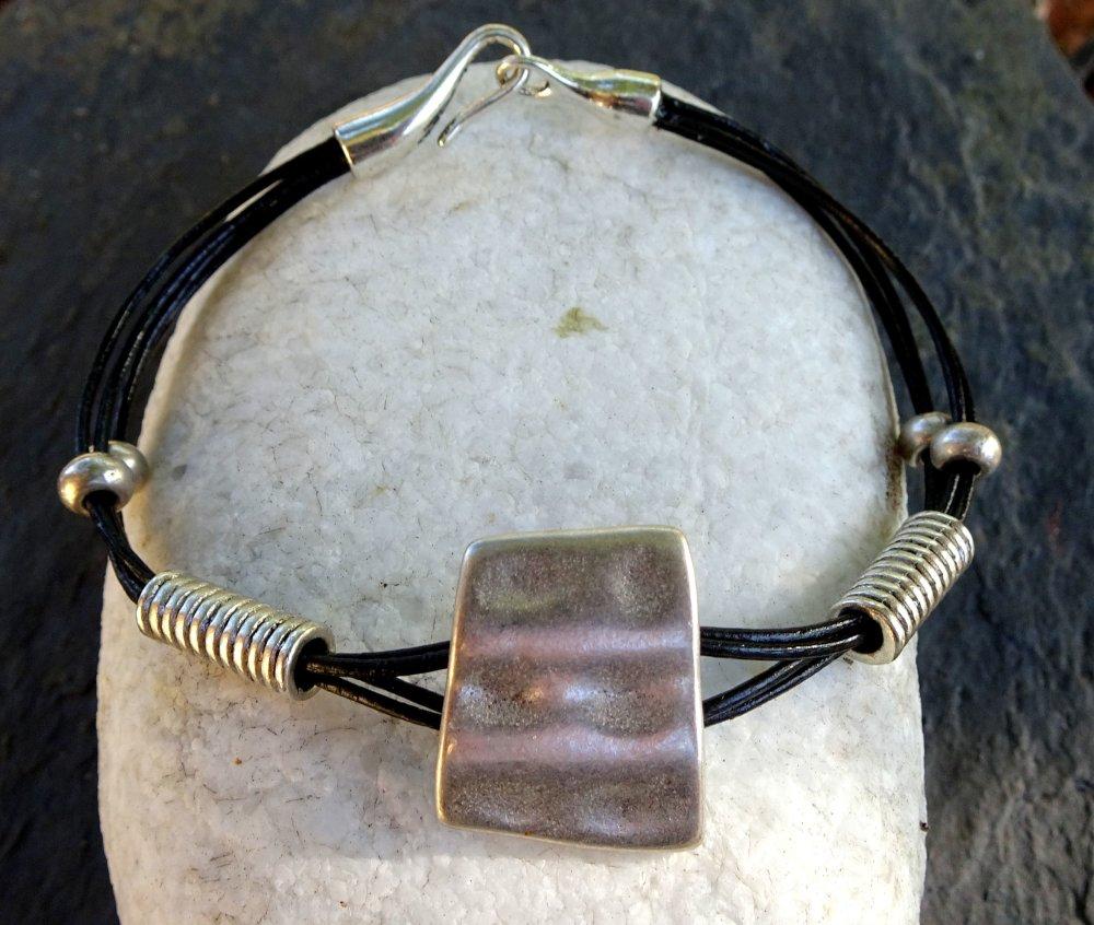 Bracelet en cuir noir, passant en métal argenté