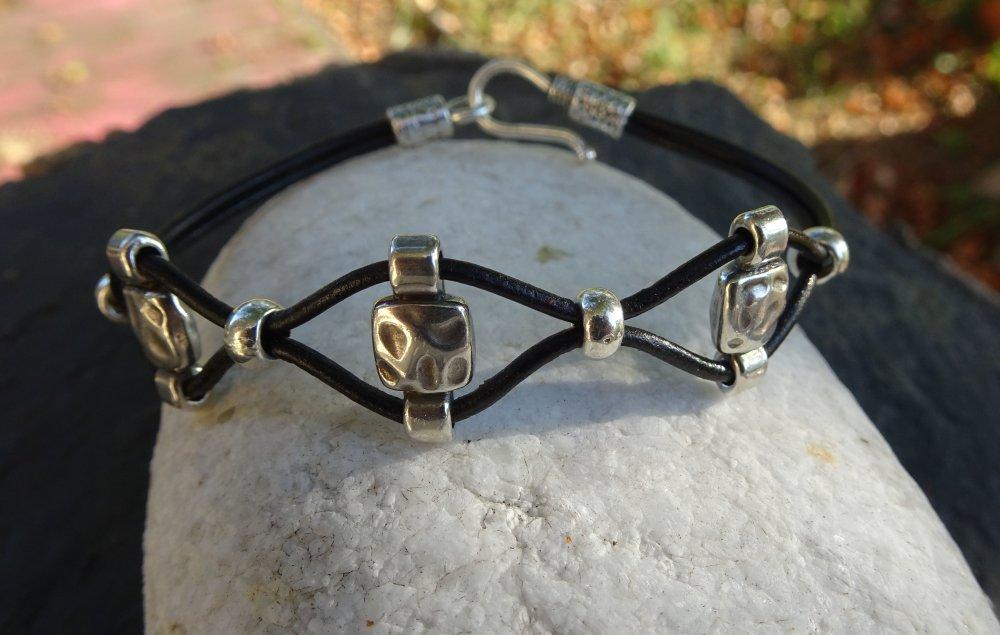 Bracelet en cuir noir et petits passants en métal argenté