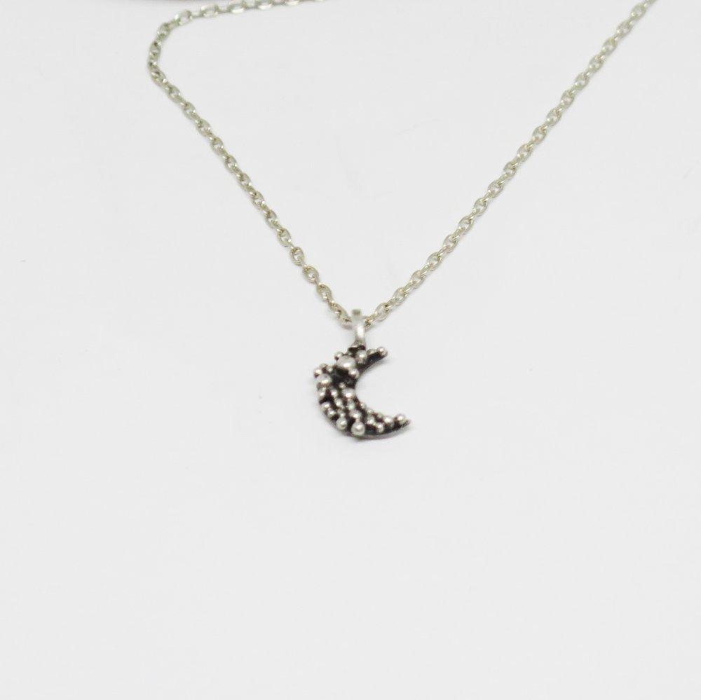 Collier chaîne  avec pendentif croissant de lune, Ras du cou délicat, Fait main en France