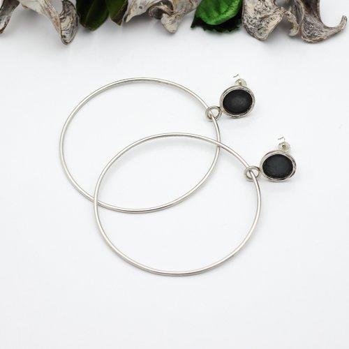 Larges créoles pendantes argent massif. boucles d'oreilles longues en argent noir. grandes créoles. bijoux de créateur