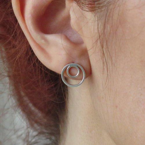 Boucles d'oreilles double anneaux argent. boucles d'oreilles cercles. petites créoles double. bijoux géométriques