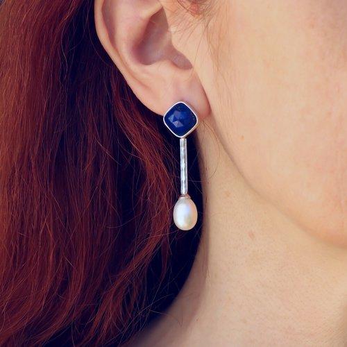 Boucles d'oreilles lapis lazuli et perles d'eau douce en argent massif. boucles d'oreilles délicates et élégantes. bijoux de créateur
