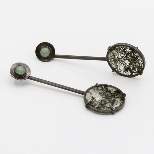 Boucles d'oreilles agate mousse et jade vert en argent massif. boucles d'oreilles noires très longues. bijoux originaux de créateur