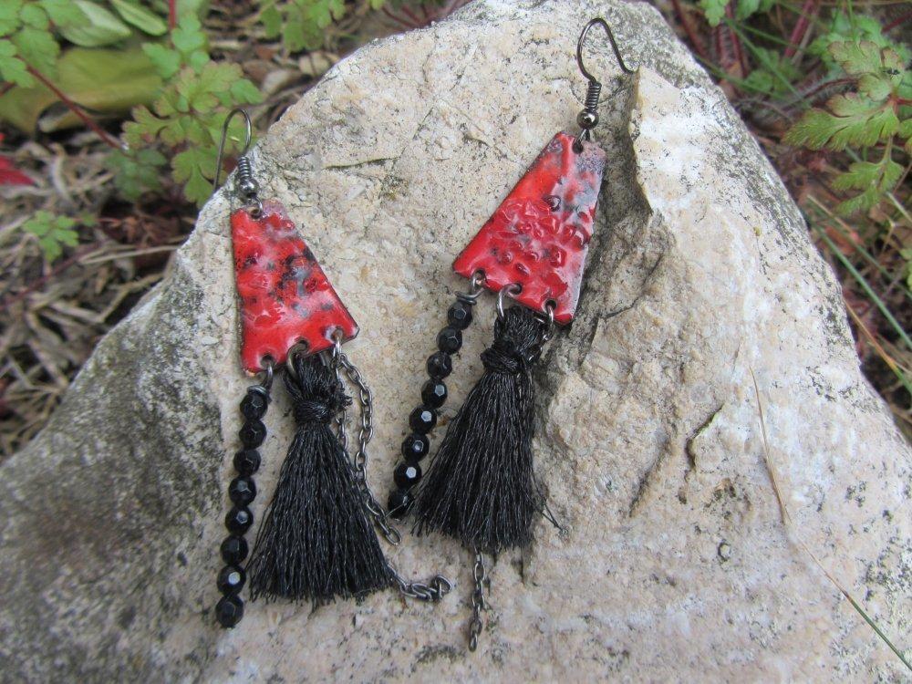 boucles bohème cuivre émaillé rouge artisanal, breloques et pompon de fil noir