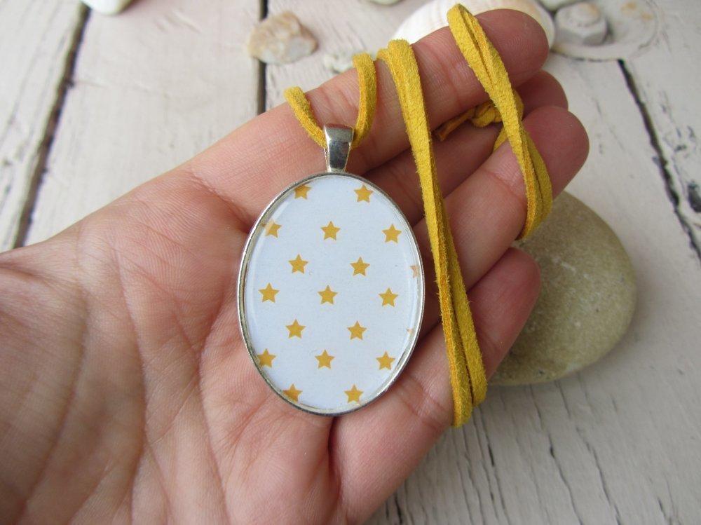 Collier pendentif cabochon et suédine, étoiles jaunes