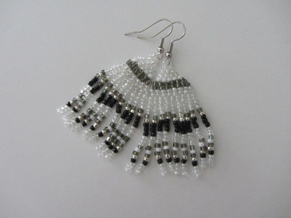 boucles d'oreilles pendantes, tissage de perles de rocaille translucide, noir et argenté, boucles breloques, bohème chic, gypsy