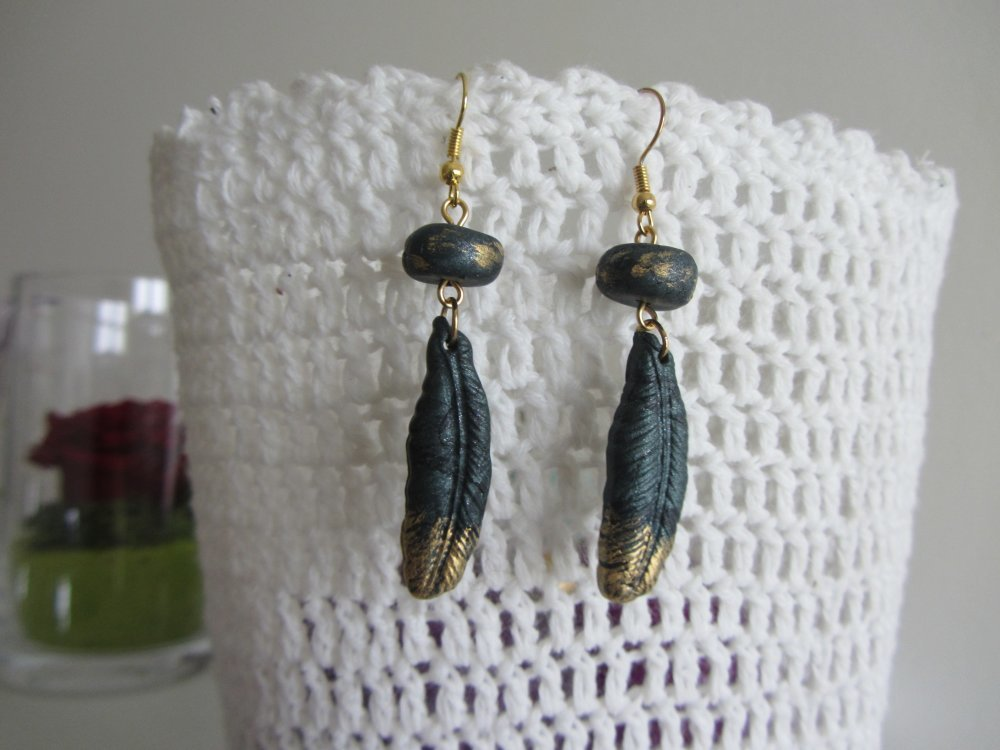 Boucles d'oreilles pendantes breloque plume et rondelle en pâte polymère vert émeraude et or, kaki et doré