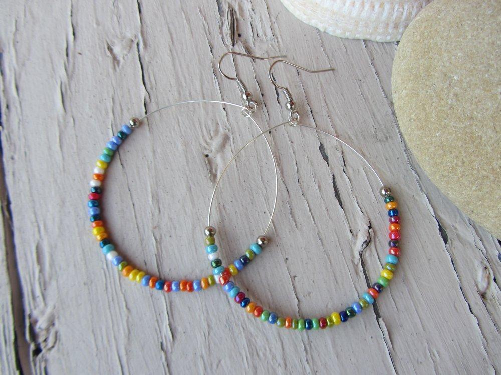 Boucles d'oreilles fines créoles en métal argenté et petites perles de rocaille multicolores, boucles bohème chic, boho, gypsy