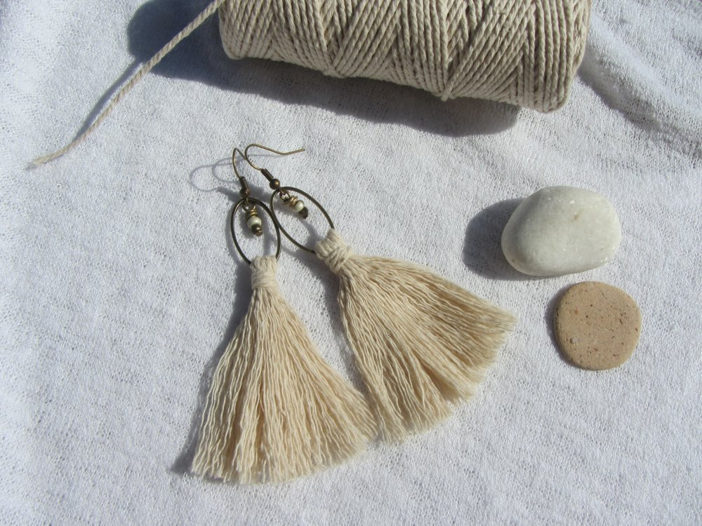 Boucles d'oreilles bohême, gypsy, nature, pompon de coton écru, anneau ovale en métal bonze, breloque de perles