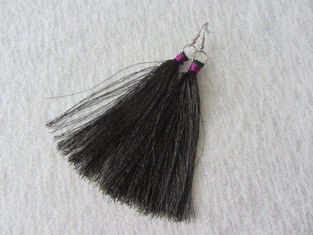 boucles d'oreilles longs pompons de fil vert foncé avec bague de fil métallique rose, bohème chic
